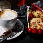 Cappuccinoa ja kirsikkakakkua